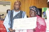 PROGRAMME D'AUTONOMISATION ECONOMIQUE DES JEUNES ET DES FEMMES : Les bénéficiaires de la région du Centre ont reçu leurs chèques