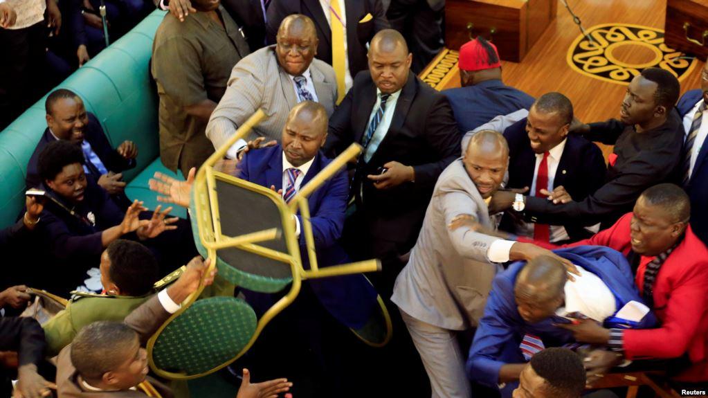 Les députés en arrivent aux mains — Ouganda