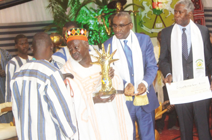 PROMOTION DU DIALOGUE EN AFRIQUE  :   Le Mogho Naaba  reçoit le  Prix Macky Sall