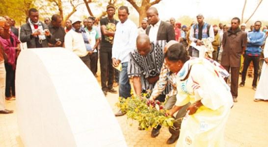 CIMETIERE DE GOUNGHIN   :  Dépôt de gerbes de fleurs sur la tombe de Norbert Zongo