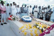 AN I DU DECES DE SALIFOU DIALLO  :   Dépôt de gerbes sur la tombe de l'illustre disparu
